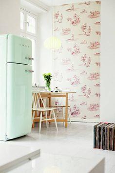 W białej kuchni wygląda super. Wnosi humor i pozytywną energię.  Każdy kolor dozwolony. Wolnostojąca kolorowa lodówka będzie mocnym dekoracyjnym akcentem i główną ozdoba kuchni. Nie chowaj jej w kącie!