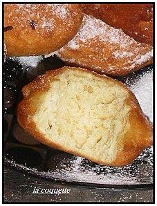 Beignets express    2 ou 3 oeufs.selon grosseur.  50g de sucre en poudre  280 A 300 g de farine.  130ml de lait.  1 pincée de sel.  1/2 paquet de levure chimique .  1 zeste de citron.  1cac de vanille en poudre . ou eau de fleur d'oranger.  de l'huile pour la friture.  du sucre glace pour la déco .
