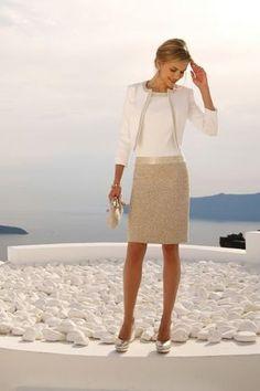 Linea Raffaelli cruise collection 16-17-set110 - jacket 161-700-01 dress 161-783-01 Een geweldig jurkje in een combinatie van een wit lijfje met goudkleurig rok. Het lijfje is in de hals en taille afgebiesd met een glanzende band. Het witte jasje is met hetzelfde materiaal afgewerkt.
