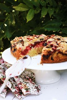 Plum Cake with Cinnamon Crumble - the recipe is given in both Portuguese and English.