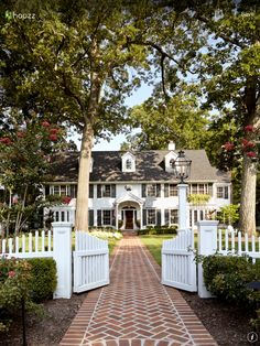 White Picket Fence + Brick Walkway + Perfect White House - reminds me of father of the bride ! Brick Sidewalk, Brick Walkway, Brick Fence, Front Walkway, Design Exterior, White Picket Fence, Picket Fences, White Fence, Fence Landscaping
