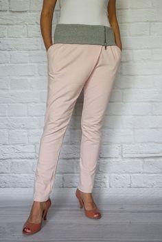 http://modana.com.pl/SPODNIE,p,14143 Modne dresowe spodnie z wywijanym szarym pasem.