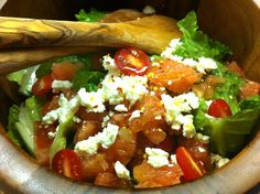 Σαλάτα με πορτοκάλι, αβοκάντο, καρύδια & υπέροχο ντρέσινγκ   Συνταγές - Sintayes.gr Romaine Salad, Baby Tomatoes, Greek Recipes, Red Peppers, Lettuce, Feta, Healthy Snacks, Spicy, Food And Drink