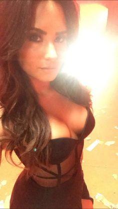 Demi Lovato aparece sensual em bastidores de gravação de possível clipe