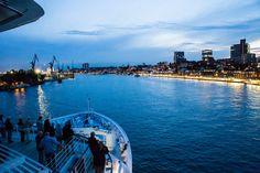 INTO THE BLUE || Am Abend verlässt die EUROPA 2 Hamburg. ||EUROPA 2 departs Hamburg. r. || SOUL KITCHEN Entspannen und genießen auf der Kreuzfahrt nach Kopenhagen / SOUL KITCHEN Relax and enjoy on the cruise to Copenhagen. Foto: © Hapag-Lloyd Cruises