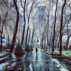 Bryant Park on a rainy day via NewYorkCityFeelings http://ift.tt/1qYVwGs #nycfeelings pic.twitter.com/60C2rKw18v