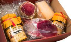 Scatola Regalo per un gustoso pensiero a base di Prodotti Artigianali Toscani, la scatola contiene un trancetto di Prosciutto Dolce da 1,5 kg, un trancetto di Fiocco di Spalla da 0,5 kg, un trancetto di Pecorino Stagionato nelle Noci da 0,6 kg, un vasetto di Confettura Extra Frutti di Bosco da 0,34 kg e un vasetto di Zucchini Sott'Olio da 0,29 kg...