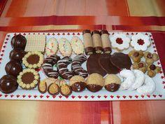 Uděláme ze surovin těsto. To necháme chvíli odpočinout. Poté vykrájíme rohlíčky a dáme péci. Pečeme dle velikosti rohlíčků do růžova, zhruba při... Gingerbread Cookies, Christmas Cookies, Biscotti, Cooking, Cake, Desserts, Gingerbread Cupcakes, Xmas Cookies, Kitchen