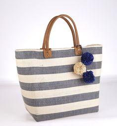 Plážová taška zo syntetickej rafie Kbas pruhovaná s ozdobnými príveskami modrá