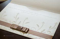 Convite de casamento com ornamentos florais e frase dos noivos personalizada.