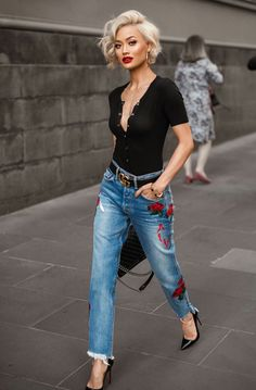 Street style look com calça jeans e blusa polo. 8 looks super chic com jeans Looks Jeans, Cute Shorts, Mode Outfits, Night Outfits, Dinner Outfits, Club Outfits, Mode Inspiration, Fashion Inspiration, Look Fashion