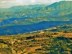 Από το κάστρο της Πολυρρήνιας κοιτάζοντας ανατολικα: η Κουκουναρά και στο βάθος (στη ρίζα του βράχου) η Μαλάθυρος