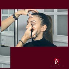 A natúr, bőrközeli színek használata mindig természetes és harmonikus összhatást kelt. Ez az a színvilág, ami mindenkinek elnyeri tetszését, kortól függetlenül. #beauty #beautystic #makeup #naturalglow #natural #makeupvideo