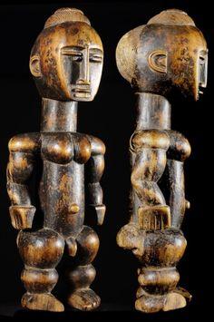 Le peuple Attié (Atyé, Akyé, Akié) est un peuple de Côte d'Ivoire qui vit au sud du pays, au nord de la ville d'Abidjan, particulièrement à partir de la commune d'Anyama, dans la Région des lagunes entre Adzopé et Alepé. Les Attié parlent une langue kwa du même nom, l'attié. Très belle pièce issue d'une collection particulière.