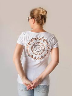 White tshirt with upcycled vintage crochet doily by katrinshine. Doilies are available in the malls. Moda Crochet, Crochet Doilies, Knit Crochet, Vintage Upcycling, Upcycled Vintage, Rosa T Shirt, Tshirt Garn, Diy Kleidung, T Shirt Diy