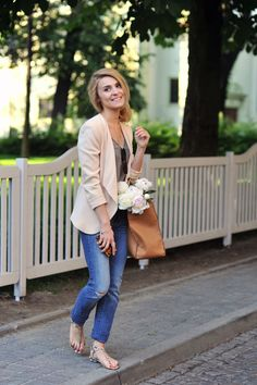 Beige jacket and jeans, sweeeet. I dont like how she's making faces here.
