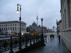 Berlin Unter den Linden  #Berlin #unterdenlinden #Mitte #centrum #zwiedzanie #turystyka #fernsehturm #wieza #telewizyjna #berlinerdom #humboldt #uni #deszcz