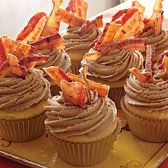 Maple Bacon Cupcakes Bite into these cupcakes and you'll taste the flavor you get when bacon mingles with syrup while eating pancakes. It's a wonderful salty-sweet combination you won't want to miss. i always have syrup with my bacon! Gourmet Cupcakes, Maple Bacon Cupcakes, Cupcake Flavors, Unique Cupcake Recipes, Wedding Cupcake Recipes, Savory Cupcakes, Bacon Cookies, Unique Recipes, Köstliche Desserts