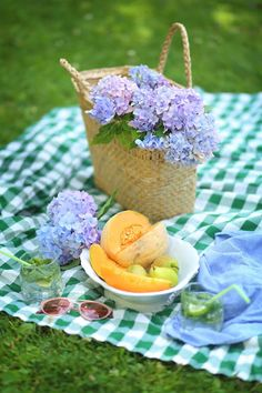 Garden Picnic, Summer Picnic, Carne Asada, Picnic Images, Vintage Picnic Basket, Blueberry Jam, Romantic Picnics, Romantic Flowers, Simple Pleasures