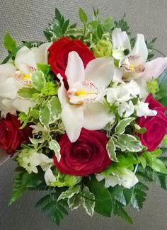 Kukkaimppu: punainen ruusu, orkidea ja afrikantähdyke