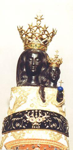 """Perché la #MadonnadiLoreto è nera? Secondo un'interpretazione laica, la #Madonna è raffigurata nera perchè si ricollegherebbe alle antiche dee pagane, che erano di colore nero, il colore della fecondità, come ad esempio la dea fenicia Astarte. L'interpretazione in chiave cattolica si rifà ad un passo del """"Cantico dei Cantici"""" (1, 5-6), nel quale una fanciulla ebrea dice: """"Bruna sono, ma bella, figlie di Gerusalemme...mi ha abbronzato il Sole"""".  Il sole rappresenta Dio e la fanciulla la…"""