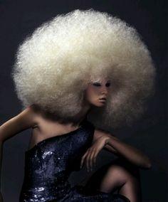 Pettinatura anni 80 capelli cotonati effetto casco
