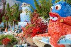 """Para o terceiro aniversário do pequeno, a decoradora Ana Luiza Bertelli, da Creazioni, desenvolveu o tema preferido do menino, que ama os filmes Procurando Nemo e Dory. """"Optei por fundo do mar, de …"""