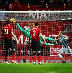 Portero Manchester United Players, Basketball Court, Soccer, Man United, Goalkeeper, Role Models, Kicks, Carving, Action