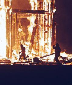 Desde pequenos todos nós brincamos com estalinhos bombinhas triangulos rojões. Toda virada de ano assistimos fogos de artifício explodindo nos festivais é como se fosse o grand finale. É lindo não é? Ver uma fogueira de mais de 30 metros na sua frente pode tão ou mais excitante.  Por coincidência do destino Aaron e eu estivemos lado a lado assistindo ao eclipse em Oregon e assim como eu fez a dobradinha com o Burning Man. Por isso preciso dizer: Aaron era um cara inquieto criativo…