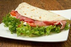 Piadina. È uno dei piatti tipici italiani con il suo origine nella regione di Emilia Romagna.