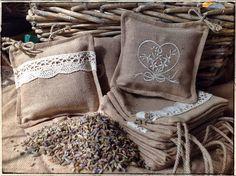 Sacchetti di lavanda quadrati, realizzati in cotone riciclato, decorati con ricami o applicazioni in stoffa o pizzo. Contenuto: 30gr. di lavanda - fatto a mano