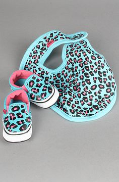 Pink cheetah print vans with matching bib for baby girl. Will someone PLEASE get these for me?!