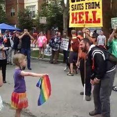 Venceu o amor! Uma garota de oito anos combateu o ódio de um pastor homofóbico com a bandeira do arco-íris. Vai ver no UAA!