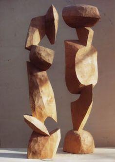 """Ausstellung Manfred Sihle-Wissel - Skulpturen    """"Zwei Figuren"""", 2003, Atlaszeder, H. 93,5cm und Aleppokiefer, H. 96,5cm"""