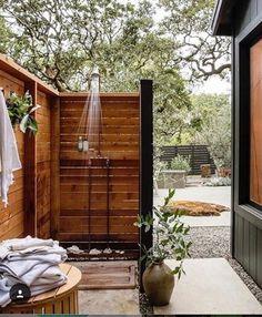 Popular Outdoor Shower Ideas With Maximum Summer Vibes 21 Outdoor Baths, Outdoor Bathrooms, Outdoor Tub, Outdoor Retreat, Backyard Patio, Backyard Landscaping, Lanai Patio, Landscaping Ideas, Outdoor Spaces