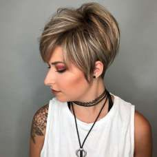 Stacked Pixie with Dimensional Blonde Highlights Short hair cuts allow you to try out different levels of layers. If you're longing for extra volume, choose a pixie cut with stacked layers. Short Hair With Layers, Short Hair Cuts, Short Hair Styles, Hair Layers, Short Stacked Hair, Long Pixie Hairstyles, Straight Hairstyles, Layered Hairstyles, Hairstyles 2018