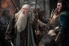 has released a new The Hobbit: The Battle of the Five Armies image featuring Ian McKellen as Gandalf and Luke Evans as Bard the Bowman. Ian Mckellen, Luke Evans, Gandalf, Aragorn Lotr, Hobbit Films, The Hobbit Movies, Hobbit 3, Martin Scorsese, Stanley Kubrick