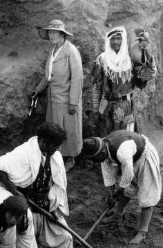 Es aconsejable utilizar una crema cosmética para limpiar un tesoro arqueológico de piezas de marfil? Seguramente, no. Pero Agatha Christie lo hizo. Y eso le añade aún más realce y atractivo a la exposición que el Museo Británico abrirá la semana que viene para que el público pueda admirar por primera vez en Europa el tesoro de los marfiles de la antigua ciudad asiria de Ninive En  la foto Agatha Christie,esposa del arqueologo a cargo de la excavacion.