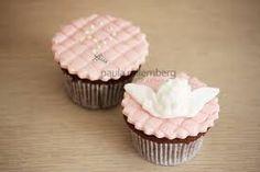 Resultado de imagem para bolo cupcake batizado medalhinha