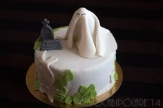 "Halloween 2014- Haunted Cake- La torta infestata.  Simpatici fantasmi infestano un cimitero le cui lapidi augurano ""Felice Halloween"". Some cute ghosts haunt a cemetery where the tombstones whish you ""Happy Halloween""!"
