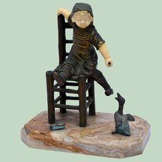 Georges Omerth, (1895-1925). Escultura francesa Art deco, cerca de 1925 de bronze e marfim representando menina alimentando seu patinho. Alt. 19 cm. Necessita restauro nos dedinhos da mão. Base R$2.000,00. Nov16
