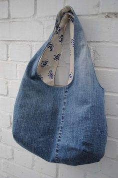 Reversible bag with recycled denim jeans (links to free pattern/tutorial)Reversible bag made from a pair of denim jeansUpcycled jeans tote tutorial by verypurpleperson - This would be a fun bag to embellish My most favourite jeans ever have finally g Jean Diy, Diy Sac, Jean Crafts, Diy Crafts, Wie Macht Man, Denim Ideas, Fabric Bags, Bag Making, Purses And Bags