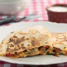 Kaas of kip quesadillas met tomatensalsa Een restje kip of kaas tover je zo om tot een lekker pittig hapje of hoofdgerecht. Heerlijk met tomatensalsa en/of guacamole en een fris slaatje