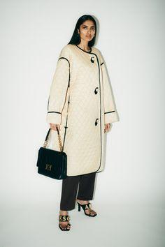 Escada Croisière 2021 - Défilé | Vogue Paris Vogue Russia, Vogue Paris, Fashion 2020, Fashion Trends, Women's Fashion, Winter Fashion Outfits, Fashion Weeks, Fashion Show Collection, White Fashion