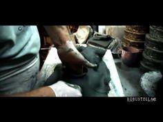 Lavorazione Maschera di ceramica fatta a mano dall'artista Robustella. Scopri mille modi per arredare il tuo salotto con Ceramiche Robustella - http://ceramicherobustella.it