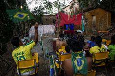 EN MEDIO DE LA SELVA. Indígenas Satere-Mawe brasileños se reúnen para ver el partido inaugural de la Copa Mundial de la FIFA entre Brasil y ...