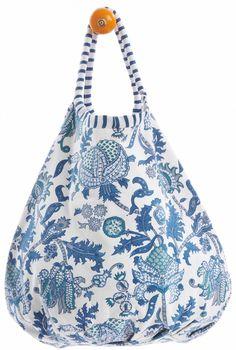 Beachwear roberta roller rabbit beach bag Discovred by : KMc Diy Tote Bag, Diy Purse, Handmade Fabric Bags, How To Make Purses, Roller Rabbit, Craft Bags, Denim Bag, Quilted Bag, Cotton Bag