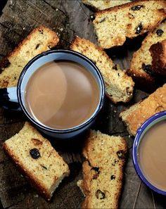 Beskuit met sesamsaad en rosyne South African Recipes, Ethnic Recipes, Rusk Recipe, Hard Bread, Healthy Breakfast Snacks, Pancake, Holiday Recipes, Waffles, Breads