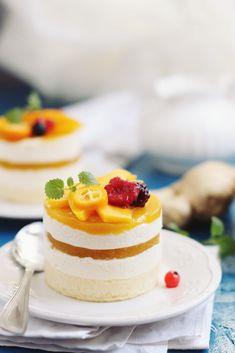 Mini torturi cu mousse de ghimbir şi jeleu de mango Mango, Mini Cakes, Cheesecake, Sweets, Baking, Mousse, Desserts, Food, Manga