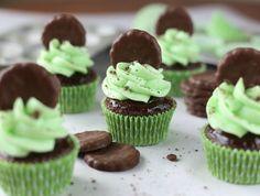 Finos Mini Cupcakes de Chocolate envolta com Ganache de Chocolate e Menta Geada, cobertas com finos das Hortelã: